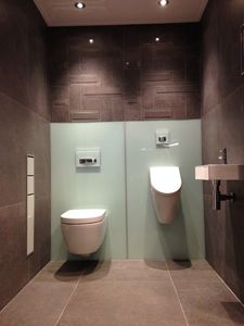 Complete toiletopstelling met urinoir